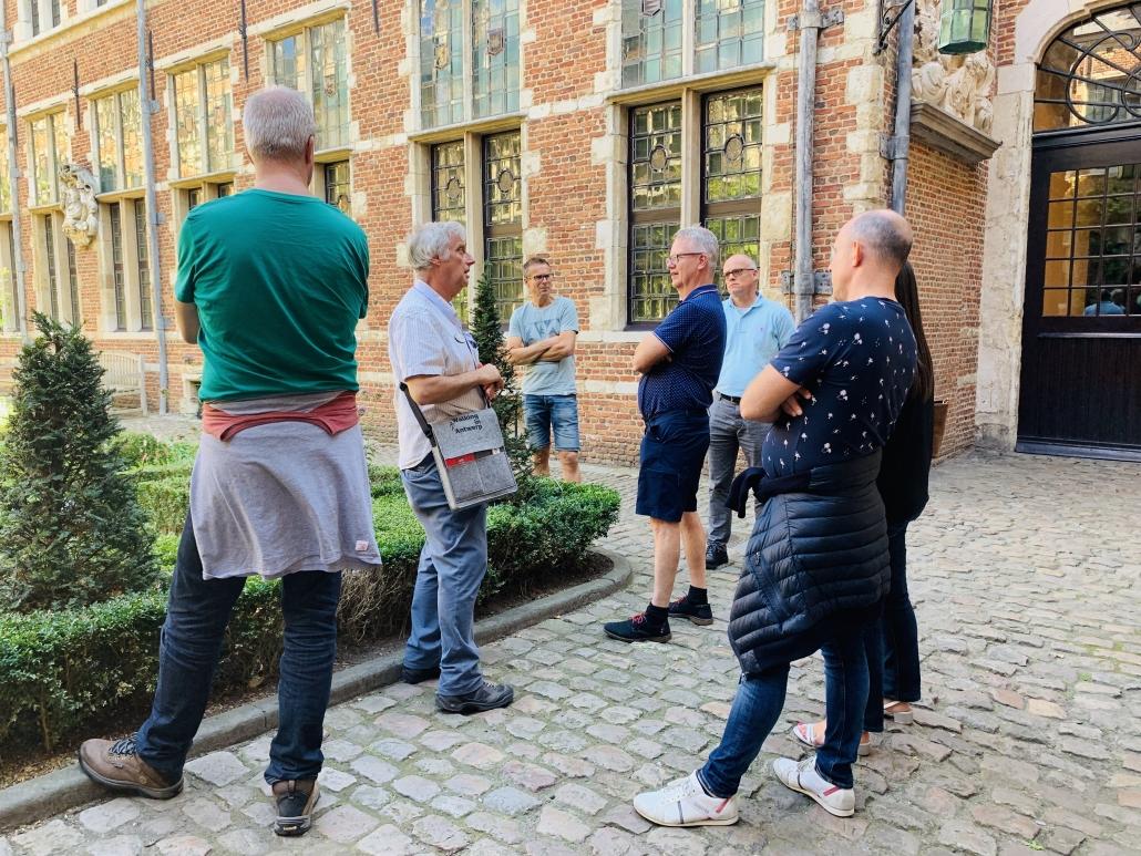 Gids en deelnemers aan het plantijn moretus museum