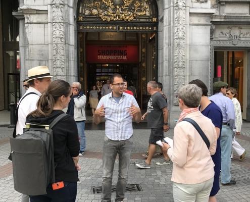 Gids geeft uitleg op meir tijdens stadswandeling Antwerpen Metropool