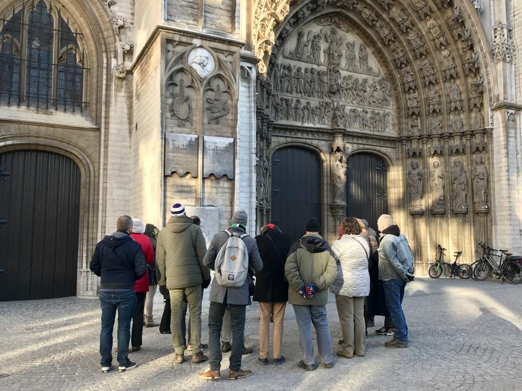 Gids geeft uitleg aan ingang Kathedraal