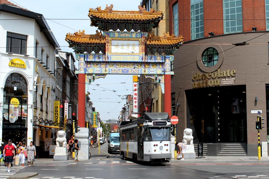 tram rijdt door chinatown antwerpen